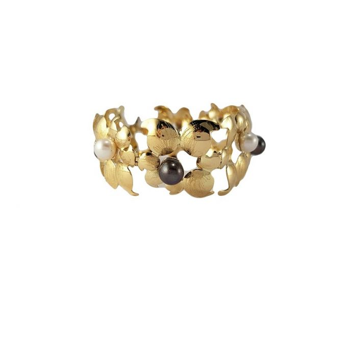 Gold bracelet with pearls