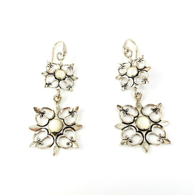 Earrings with floral motifs
