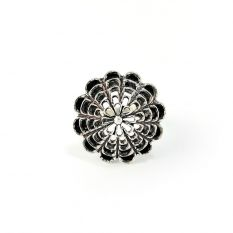 Ring with geometric patterns